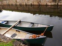 Kanoter på den 200 år berömmen av den Leeds Liverpool kanalen på Burnley Lancashire Royaltyfri Bild