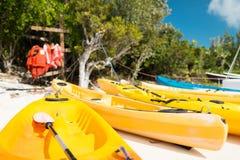 Kanoter på den sandiga stranden royaltyfri bild