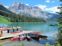 Kanoter på Emerald Lake, kanadensiska steniga berg Royaltyfri Foto