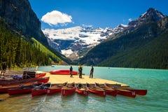 Kanoter på en brygga på Lake Louise i den Banff nationalparken, Kanada Royaltyfri Bild