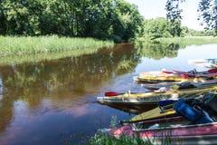 Kanoter på flod-banken royaltyfria bilder