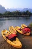 Kanoter på flodstranden Arkivfoton