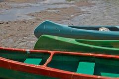 Kanoter på flodstranden arkivfoto