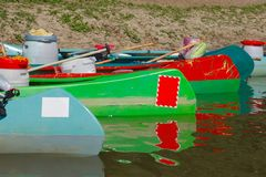 Kanoter på flodstranden royaltyfria foton