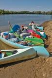 Kanoter på flodstranden fotografering för bildbyråer