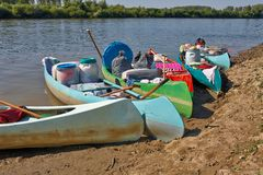 Kanoter på flodstranden arkivbilder