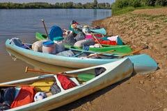 Kanoter på flodstranden arkivbild