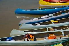 Kanoter på flodstranden royaltyfria bilder