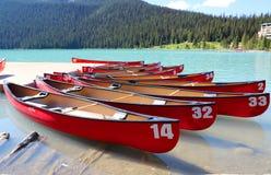 Kanoter på härlig turkos Lake Louise Arkivbilder