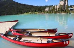 Kanoter på härlig turkos Lake Louise Fotografering för Bildbyråer