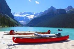 Kanoter på härlig turkos Lake Louise Royaltyfri Foto