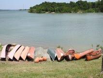 Kanoter på kusten av en sjö royaltyfri bild