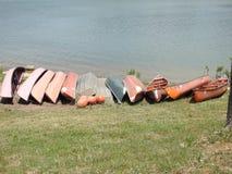 Kanoter på kusten av en sjö royaltyfria bilder
