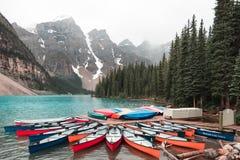 Kanoter på morän sjön Alberta arkivbilder