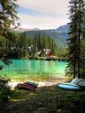 Kanoter på sjön Arkivbild