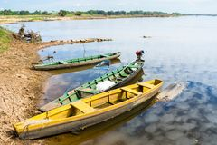 Kanoter som anslutas på flod`en s, kantar royaltyfria bilder