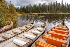 Kanoter som förtöjas i McGillivray sjön arkivbilder