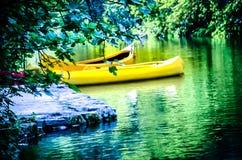 Kanoter som parkeras av floden Fotografering för Bildbyråer