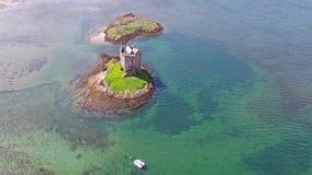Kanoter som samlar runt om medeltida slottStalker på västkusten av Skottland vid Appin stock video
