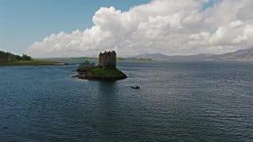 Kanoter som samlar runt om medeltida slottStalker på västkusten av Skottland vid Appin lager videofilmer
