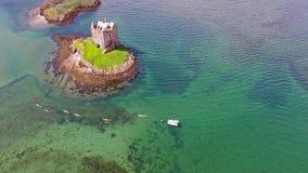 Kanoter som samlar runt om medeltida slottStalker på västkusten av Skottland vid Appin arkivfilmer