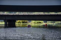 Kanoter under bro 520 Arkivfoto