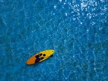 Kanotkajak som paddlar i flyg- sikt Polynesien kockIsland för tropiskt paradis royaltyfri bild