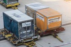 Kansai, Japan Okt 27,2017: Frachtbehälter luden in ein airl stockfoto