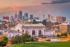 Kansas City, Миссури, горизонт США городской со станцией соединения стоковое изображение