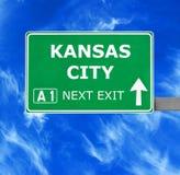 KANSAS CITY drogowy znak przeciw jasnemu niebieskiemu niebu fotografia royalty free