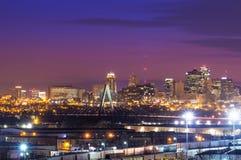 Kansas City linia horyzontu z zestaw więzi mostem obraz stock