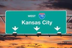 Kansas City Missouri 70 motorvägtecken med solnedgånghimmel Arkivfoto