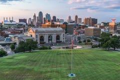 Kansas City, MO/USA - circa im Juli 2013: Ansicht von Kansas City, Missouri von vom nationalen Museum und dem Denkmal des Ersten  Lizenzfreies Stockfoto