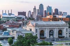 Kansas City, MO/USA - circa Juli 2013: Mening van Kansas City, Missouri van Nationaal Wereldoorlog Imuseum en Gedenkteken Stock Afbeelding