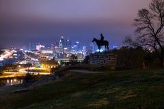 Kansas City på natten med spanar Arkivbild