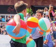 Kansas City USA torsdag May 5 2011 två spelar unga pojkar med armsful av strandbollar på det Parrothead partiet på makt  royaltyfri foto