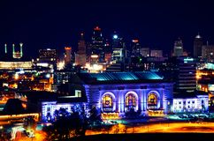 Kansas- Cityanschluß-Station-Skyline nachts Stockfotos