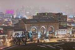 Kansas- CitySkyline an einem regnerischer Winter-Abend Lizenzfreies Stockfoto