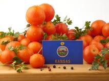 Kansas-Flagge auf einer Holzverkleidung mit den Tomaten lokalisiert auf einem Weiß Lizenzfreie Stockfotos