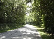 Kansas-Rückseitenstraße im Sommer stockfotos