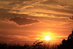 Kansas solnedgång med ljusa och färgrika moln ut i landet royaltyfri fotografi
