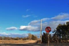 Kansas wiejska droga z niebieskim niebem, chmurami i przerwa znakiem, obrazy stock