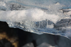 Kant av den töa isen på floden Arkivbilder