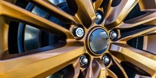 Kant av ett bilhjul med guld- eker arkivfoto
