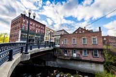 Kant av i stadens centrum Brattleboro, Vermont ovanför brynebäcken royaltyfria foton
