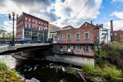 Kant av i stadens centrum Brattleboro, Vermont ovanför brynebäcken royaltyfri foto