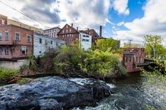 Kant av i stadens centrum Brattleboro, Vermont ovanför brynebäcken arkivbilder