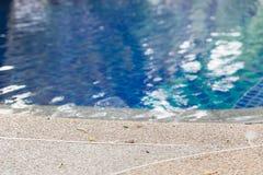 kant av simbassängen i hotellsemesterort Arkivbilder