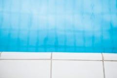 Kant av simbassängen med vita tegelplattor Arkivfoton