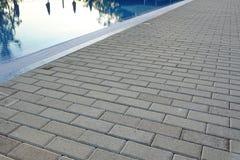 Kant av simbassängen med reflexion och betongstenläggning Royaltyfria Foton